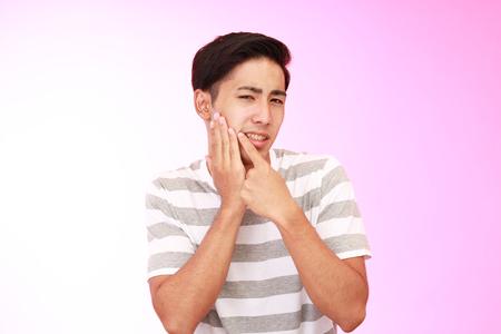 dolor de muela: Hombre con dolor de muelas
