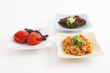 encurtidos: Comida japonesa encurtida, soja y mozuku. Foto de archivo