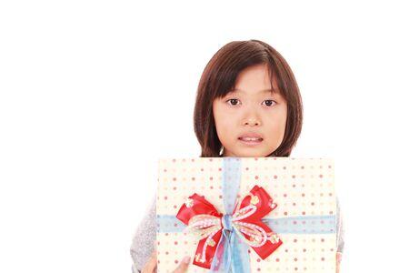 ギフト用の箱を持つ美しい女の子の画像 写真素材