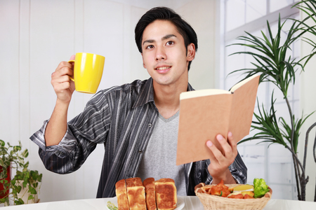 日本: 朝食を持っているアジア人 写真素材
