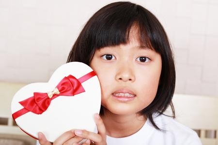 贈り物を持ってうれしそうな女の子