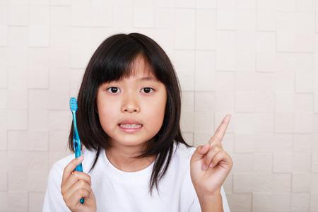 comunicacion oral: Niña cepillándose los dientes