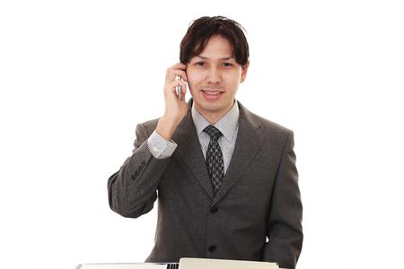 アジア系のビジネスマンを笑顔