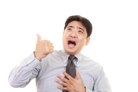 Hombre de negocios asiático mostrando pulgar arriba signo Foto de archivo - 80200329