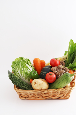 Verdure fresche nel cestino
