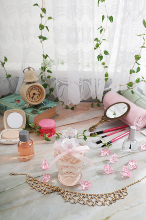 Cosmetic products on the table. 版權商用圖片 - 121335751