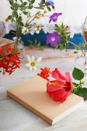Notebook with  flowers on the desk 版權商用圖片