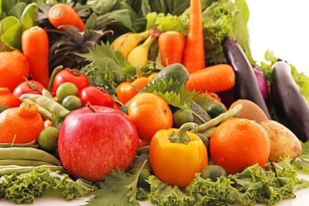 Variedad de verduras y frutas frescas y saludables.