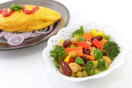 Delicious omelet meal and salad. 免版税图像