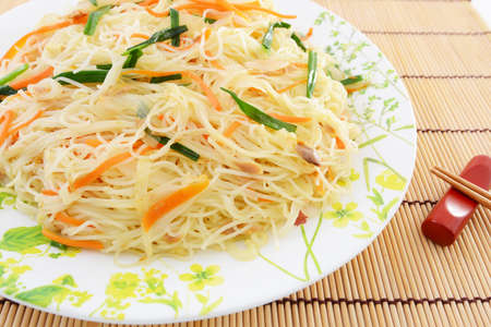 Delicious stir fried thin noodles with tuna flakes. 免版税图像