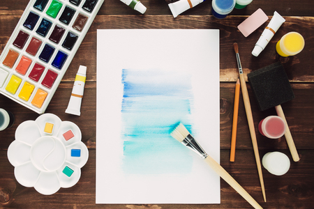 Ensemble de matériel de peinture sur la table en bois