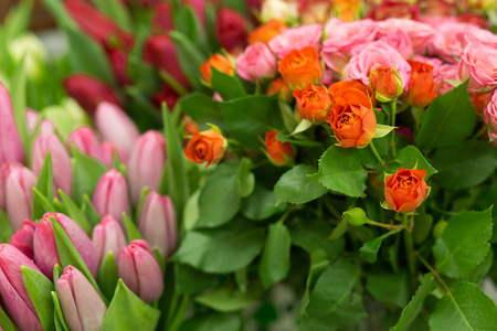 rosas naranjas: Pink and orange roses bouquet from top