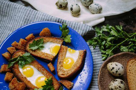 huevos de codorniz: huevos de codorniz en el pan frito con perejil