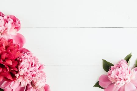 pfingstrosen: Frische Pfingstrosen Blumen Rahmen auf weißem Holz Hintergrund, Kopier-Raum, selektiver Fokus, flach lag