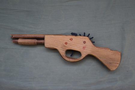 pistola: Pistola de madera de juguete