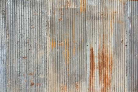 metales: Una pieza oxidada y resistida mirando de metal corrugado.