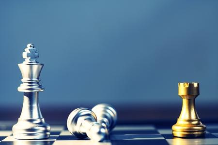 Rey rodeando con enemigo, caballero, reina, torre como cheque, concepto competitivo empresarial, concepto de juego de tabla de quesos Foto de archivo