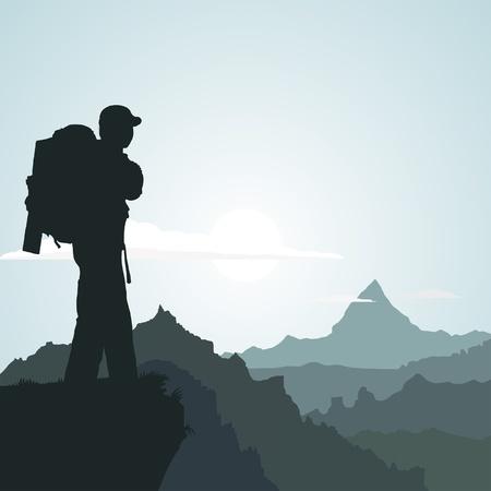pico: Senderismo hombre con mochila en la monta�a en la ma�ana