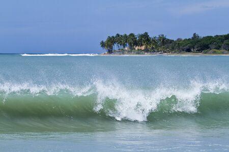 Arugam Bay big waves and beach Sri Lanka Reklamní fotografie - 41562730