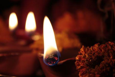 vier aarden lampen (diya) op Diwali Stockfoto
