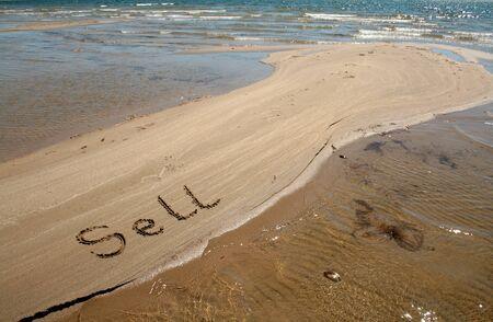 テキスト文字列を砂の上販売します。 写真素材