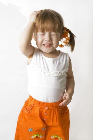 pamiętaj: Little Girl myślenia, starając się zapamiętać. Zdjęcie Seryjne