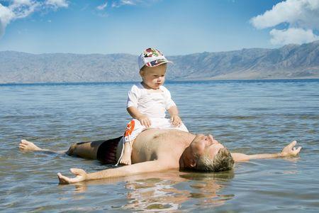 legs apart: Feliz padre y el hijo de descanso en el agua