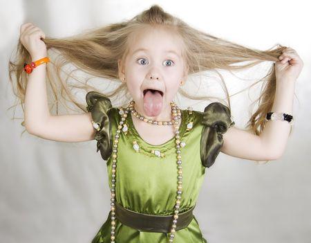 maliziosa: Colpo di testa e mani di bambina si conficca fuori la sua lingua.