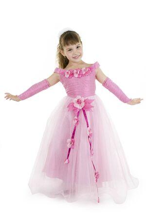 hair dress: La chica de la princesa en un vestido rosa se sienta frente a un fondo blanco  Foto de archivo