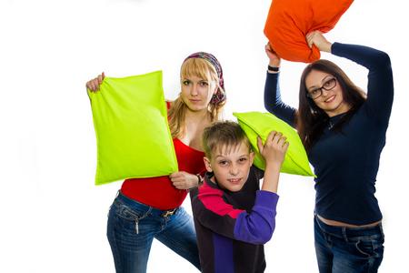 niños riendose: Niños felices en una pelea de almohadas