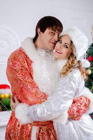 vestidos de epoca: Familia alegre que celebra la Navidad. tradiciones rusas. Padre Frost y nieve de soltera. Foto de archivo