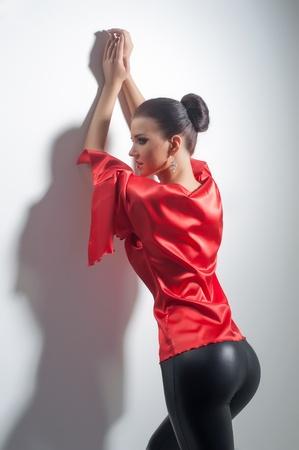 fesses black: fille posant en tunique de soie rouge et leggings noirs