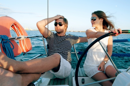 deportes nauticos: Feliz pareja relaj�ndose en un yate