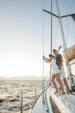 happy rich woman: Happy giovane coppia di relax su uno yacht