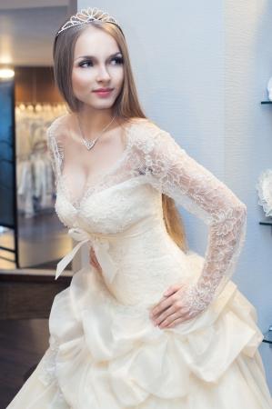 bridal dress: Bella donna bionda dai capelli lunghi in abito da sposa Archivio Fotografico