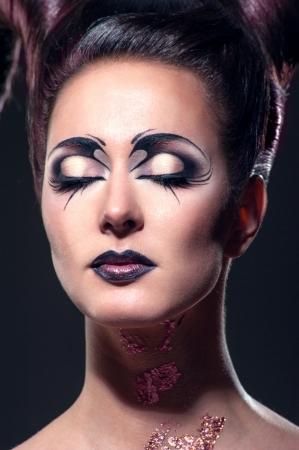 um jovem mulher só: A menina com maquiagem extravagante