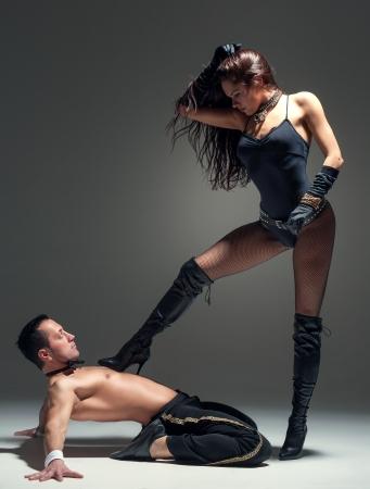 femme noire nue: Photo du jeune couple flirtant dans le studio Banque d'images