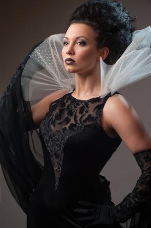 traje de gala: Reina elegante vestido negro Foto de archivo
