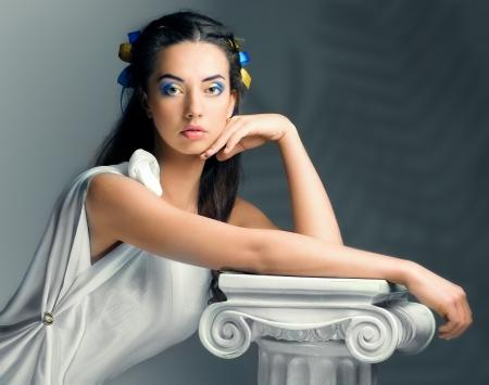diosa griega: hermosa niña con flores en la imagen de una diosa antigua Foto de archivo