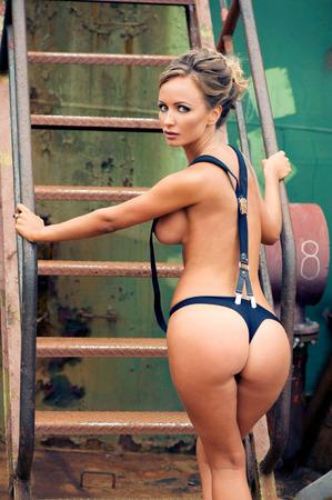 donna nudo: Sexy bionda in imbracatura sulla nave fantasma Archivio Fotografico