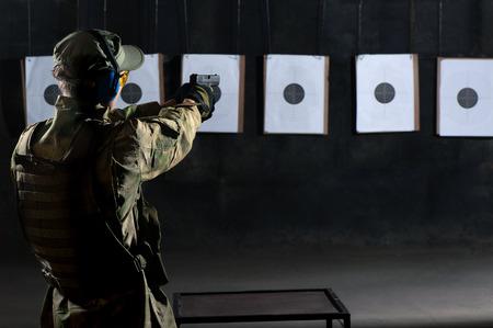 男銃で射撃のターゲットで撮影