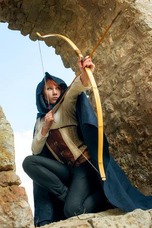 弓と矢で古代の女性アーチャー