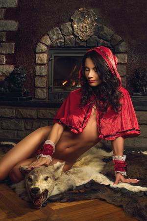 Sexy verführerische Red Riding Hood Standard-Bild - 41350620