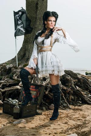 femme noire nue: Belle femme pirate debout pr�s de coffre au tr�sor sur la plage