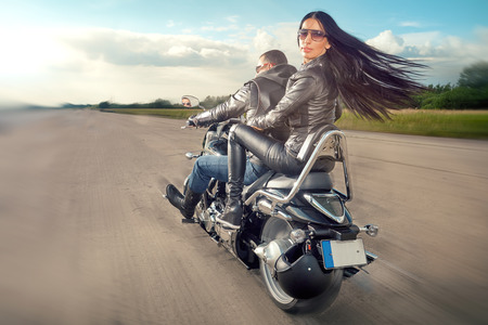 Biker Mann und Frau tragen schwarze Lederjacken und stilvollen Sonnenbrillen Reiten auf Motorrad