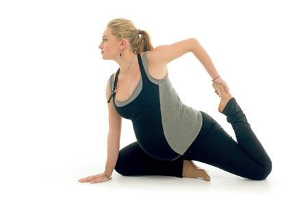 mujer con perro: Mujer haciendo ejercicios deportivos embarazadas en el estilo de yoga