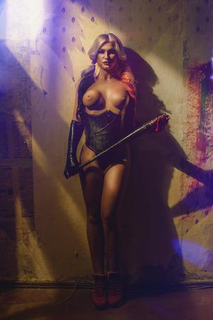 Sexy blonde Frau mit Harlekin batt auf dunklem Hintergrund Standard-Bild - 73835651