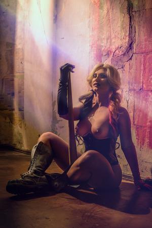 Sexy blonde Frau mit Harlekin batt auf dunklem Hintergrund Standard-Bild - 73835394