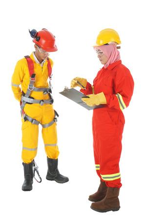 zapatos de seguridad: Inspecci�n de seguridad arn�s de cuerpo para el trabajo industrial en actividades en altura aislar en blanco Foto de archivo