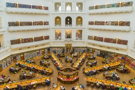 biblioteca: Melbourne, Australia - 01 de agosto 2015: Interior de La Trobe Sala de Lectura de la Biblioteca del Estado de Victoria en Melbourne. La biblioteca cuenta con más de 2 millones de libros y 16.000 publicaciones seriadas.